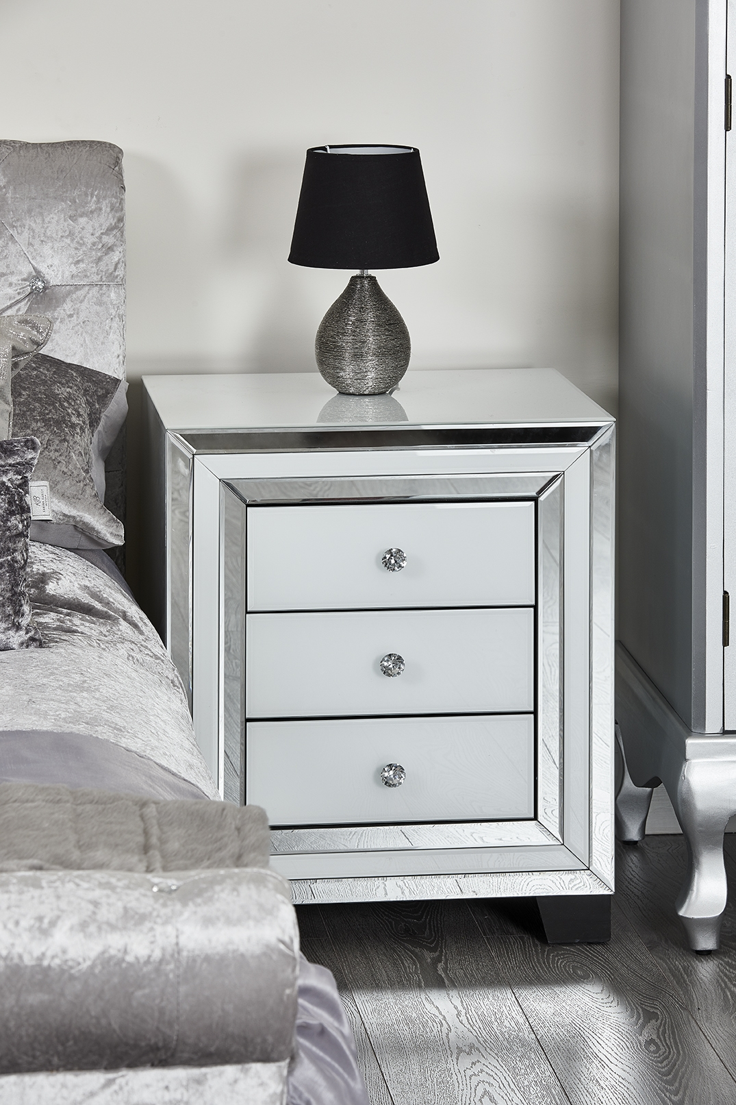 huge selection of 6a608 2263b White Glass Mirror 3 Drawer Bedside Table
